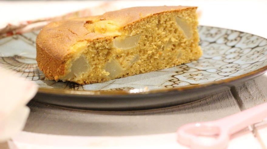Gâteau sans gluten aux poires de saison, facile à préparer accompagné d'un thé chaud.