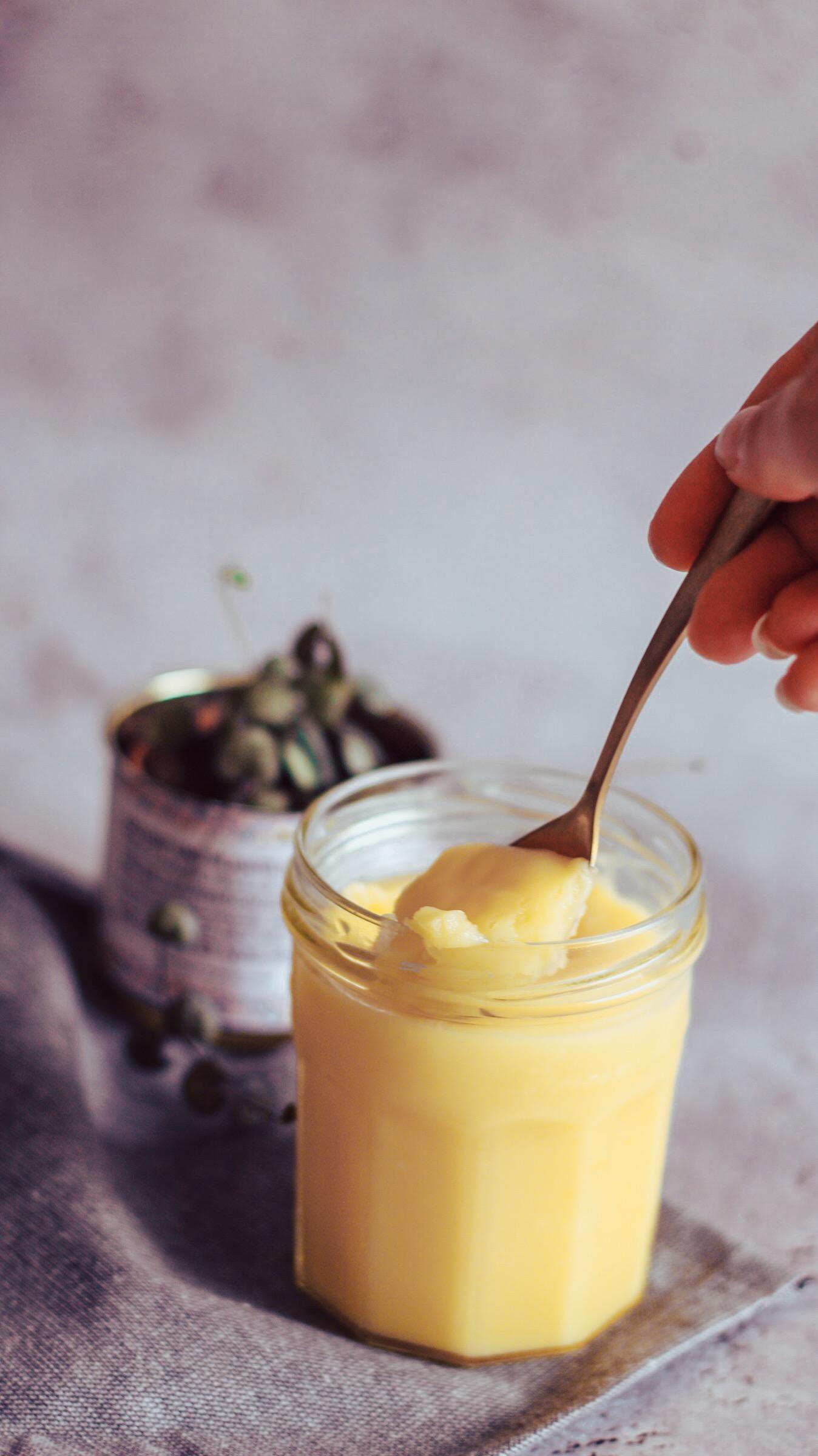 Cette crème au citron va vous séduire, elle s'utilise de multiples façons, en intégration dans vos recettes de gâteau, de tarte, avec vos pancakes, sur votre tranche de pain du petit déjeuner.