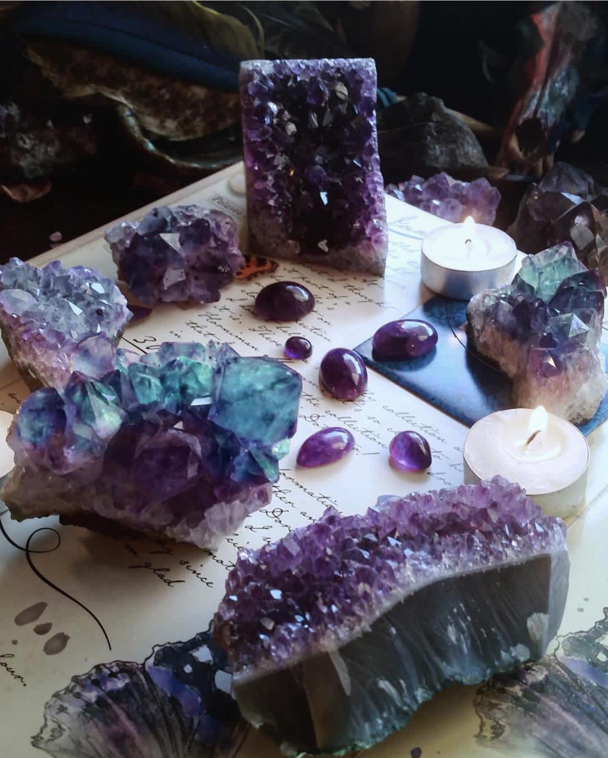 La protection par les pierres et les cristaux, peuvent améliorer votre quotidien. Je vous explique dans mon article le détail de chaque pierre dont vous aurez besoin.
