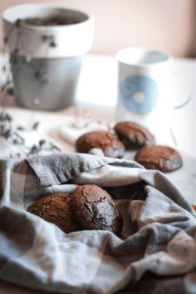 Des biscuits au chocolat moelleux, dans cette recette j'ai utilisé de la farine d'épeautre, du miel de châtaignier. En seulement 10 minutes de cuisson vos biscuits sont prêt, facile et rapide.