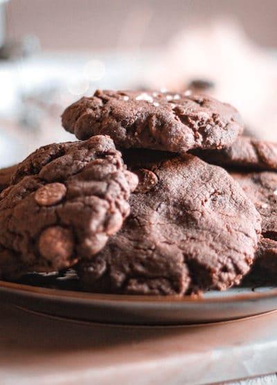 Délicieuse recette de cookies chocolat avec une pointe de sel, j'ai utilisé de la farine d'épeautre car elle contient moins de gluten qu'une farine de blé.