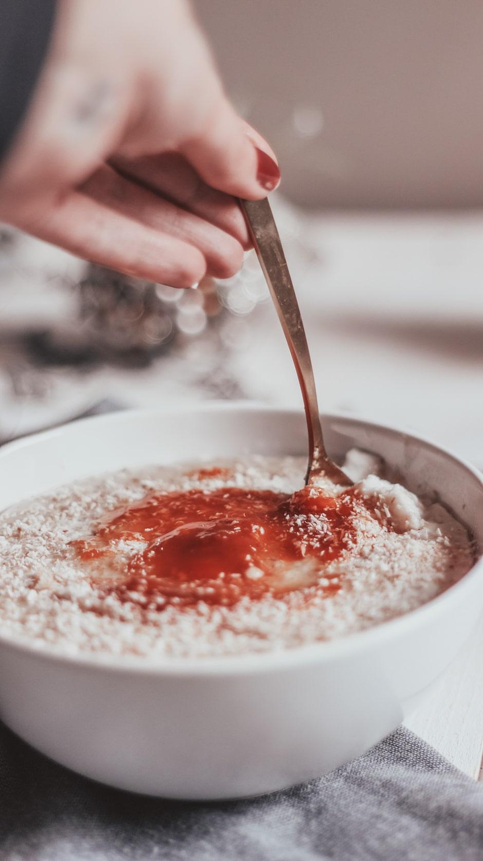 Le porridge à la noix de coco c'est le petit-déjeuner par excellence, complet et rassasiant et la coco pour le côté crémeux et savoureux.